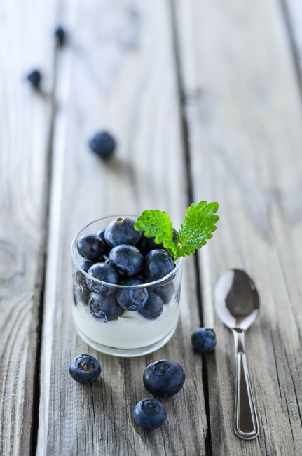 fot. Marta Reszka © 2015. Blueberry dessert with leaf.